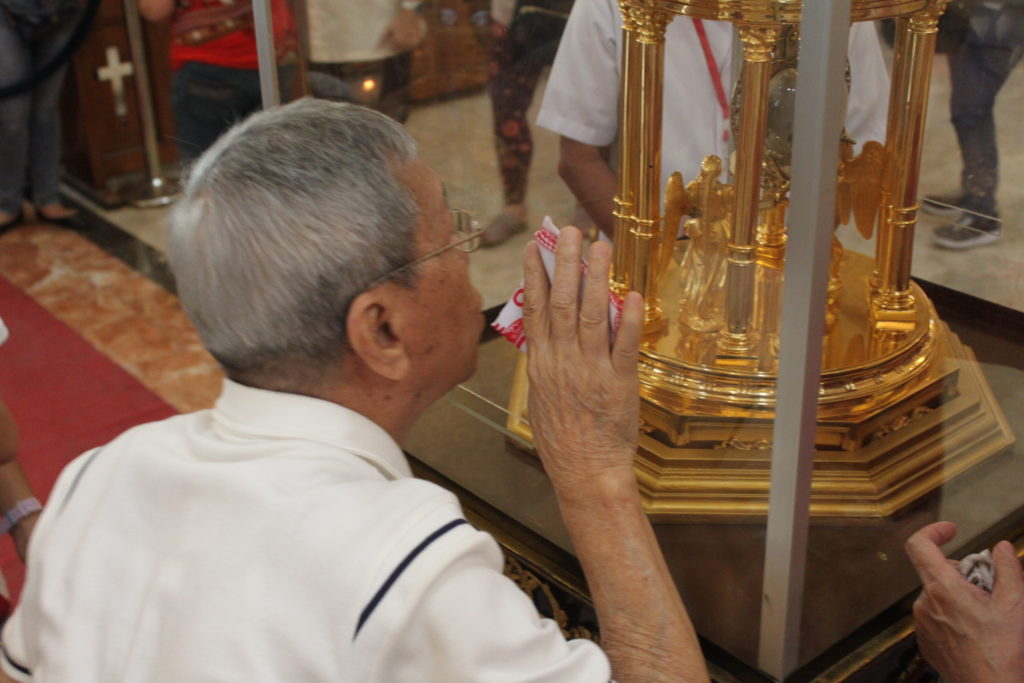 elder kissing the crystal glass of heart relic